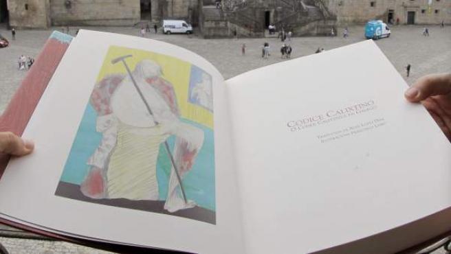 Una reciente edición en gallego del Códice Calixtino, mostrada ante la catedral de Santiago.