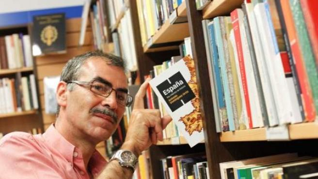 El librero Luis Domínguez, entre sus tesoros más preciados.
