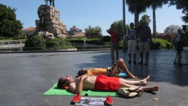 Dos 'Indignados' Toman El Sol En La Plaza España De Palma