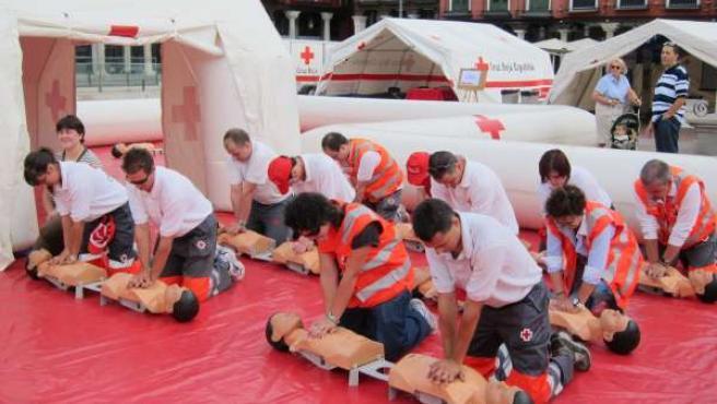 Voluntarios De Cruz Roja Durante Una Exhibición En La Plaza Mayor