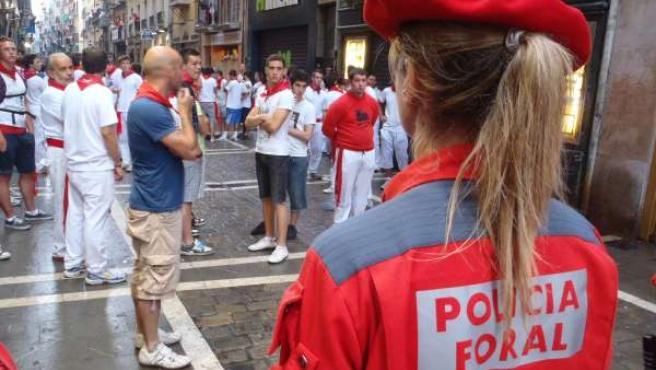 Una Agente De Policía Foral Integrada En El Dispositivo Del Encierro.