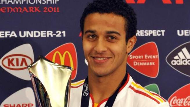 Thiago Alcántara con el trofeo como mejor jugador de la final del Europeo sub'21.