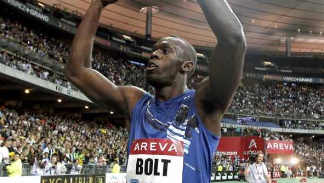 Usain Bolt celebra su victoria en los 200 metros de la reunión de París.