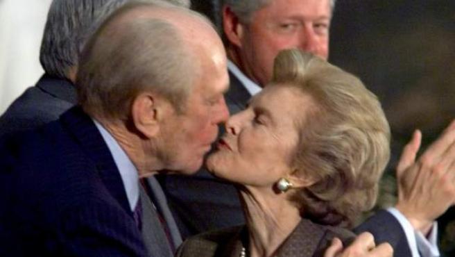 Imagen de 1999 en la que Gerald R. Ford y Betty Ford se besan durante un acto de homenaje a ambos.
