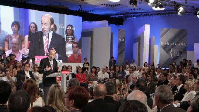 Alfredo Pérez Rubalcaba durante su primer discurso oficial como candidato ante un millar de invitados que no ha dejado de aplaudir sus palabras.