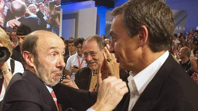 Rubalcaba y Zapatero se abrazan tras el discurso del primero como candidato oficial del PSOE.