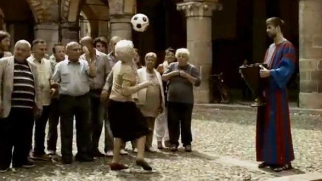 Captura del anuncio en el que Gerard Piqué aparece caracterizado en un 'monje blaugrana'.