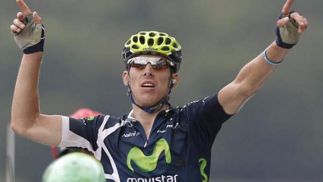 Rui Costa, ciclista del equipo Movistar, celebra su triunfo en la octava etapa del Tour de Francia.
