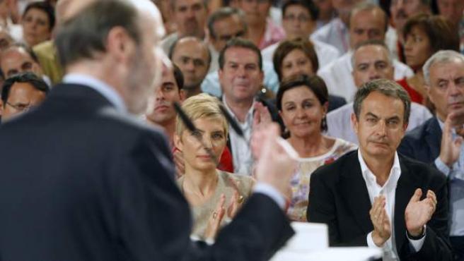 José Luis Rodríguez Zapatero, presidente del Gobierno, aplaude las palabras de Alfredo Pérez Rubalcaba, próximo candidato del PSOE a las elecciones generales.