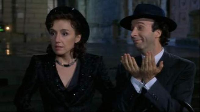 Roberto Benigni (d), en un momento de 'La Vida es Bella', película que dirigió él mismo y que se basó en la vida de Romeo Salmonì, un judío italiano que estuvo en un campo de concentración nazi, y que ha fallecido este sábado en Roma.