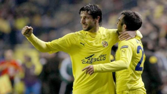 Capdevila y Rossi celebran el gol del italiano.