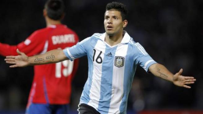El argentino Sergio 'Kun' Agüero festeja su segundo gol ante Costa Rica.