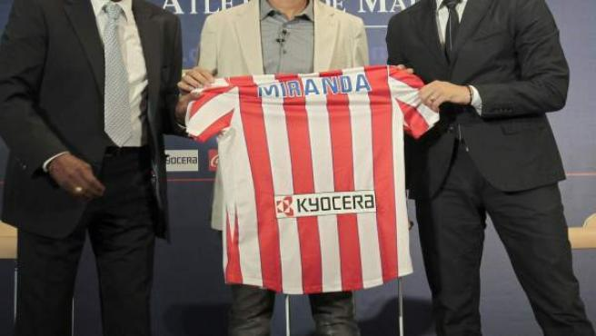 El defensa brasileño Joao Miranda (c) posa junto a su compatriota el exjugador del Atlético de Madrid Luiz Pereira (i) y el director deportivo del club, José Luis Pérez Caminero.