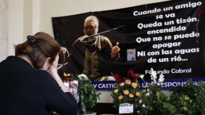 Decenas de guatemaltecos llevan flores a la sede de Funerales la Reforma, donde permanecía el cuerpo sin vida del trovador argentino Facundo Cabral, en Ciudad de Guatemala (Guatemala).