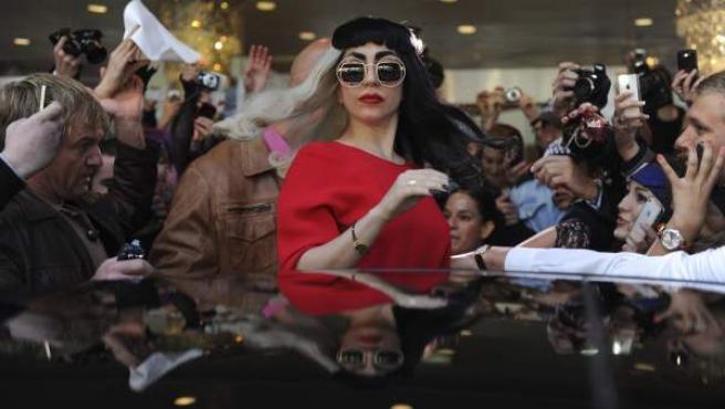 La cantante estadounidense Lady Gaga rodeada de periodistas y seguidores mientras sale de su hotel en Sídney.