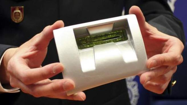 Un agente muestra el dispositivo que permitía a la organización criminal 'Noshtnia' clonar tarjetas de crédito.