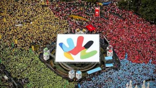 Mosaico formado en Cibeles con el logotipo de Madrid 2016.