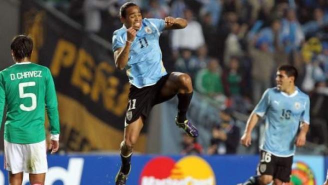 El jugador uruguayo Álvaro Pereira festeja su gol ante México.