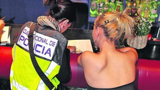 Una policía toma los datos a una prostituta detenida, en una imagen de archivo.