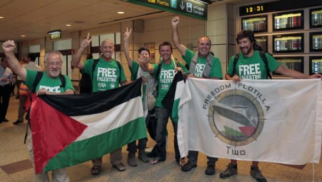 Los activistas de la Flotilla de la Libertad que han permanecido desde el pasado 5 de julio en la Embajada de España en Atenas, a su llegada al Aeropuerto de Madrid-Barajas.