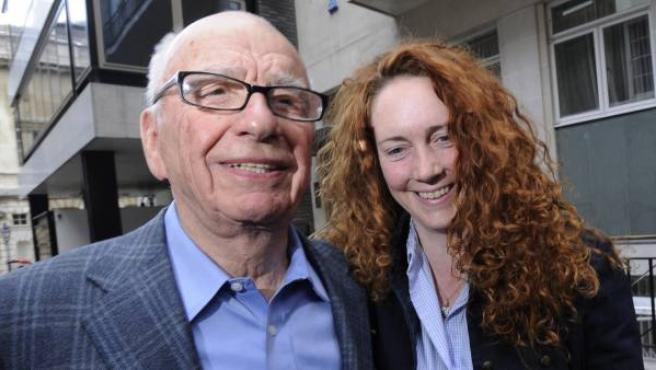 El magnate de medios de comunicación Rupert Murdoch y Rebekah Brooks, consejera delegada de News Internacional y directora del 'News of the world'.