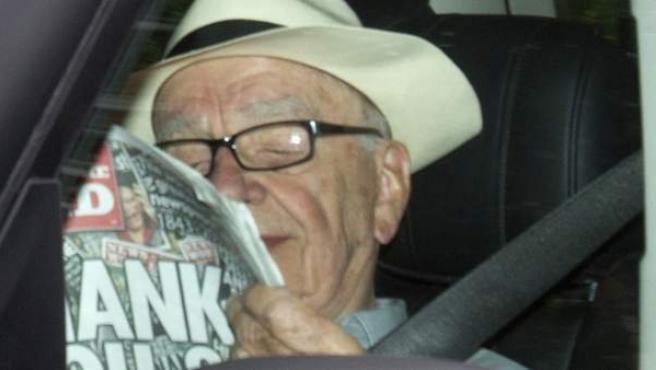Rupert Murdoch lee el último número de 'News of the World' a su llegada a Londres.