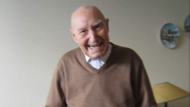 Luis (103 años) presume de una salud envidiable a su edad. Es prácticamente autosuficiente y solo necesita sus dos bastones para caminar.