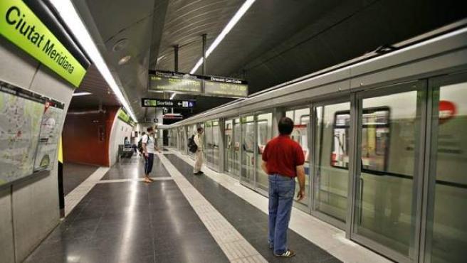 Varios viajeros a punto de subir al metro de Barcelona.