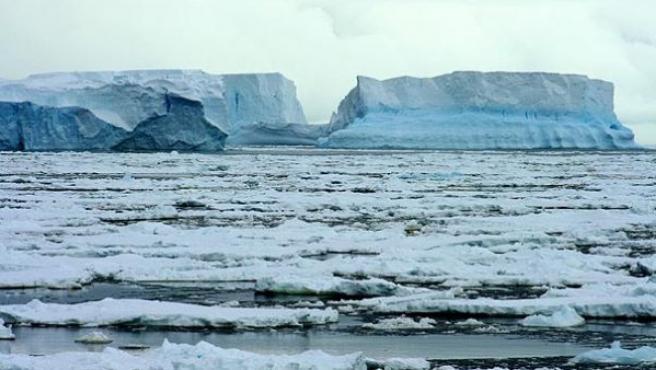 Fragmentación de la placa Wilkins en la Antártida, provocada por el cambio climático.