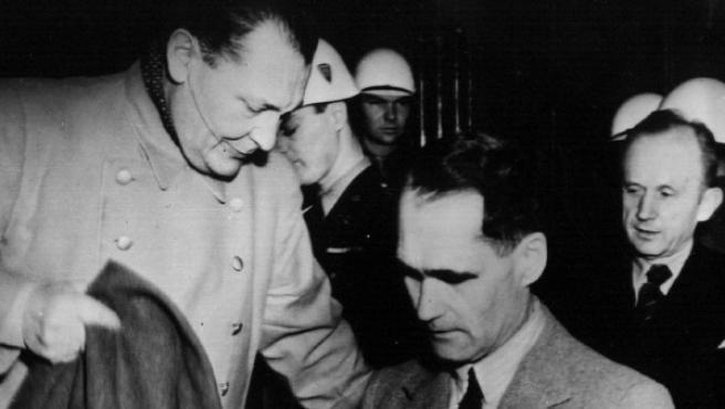 Rudolph Hess, en el centro, rodeado del creador de la Gestapo Herman Goering (izquierda) y almirante Karl Doenitz durante los juicios de Numerberg en 1946.