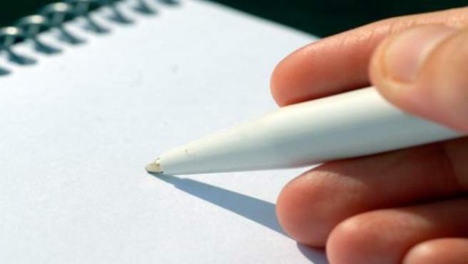 Una persona que escribe a mano.