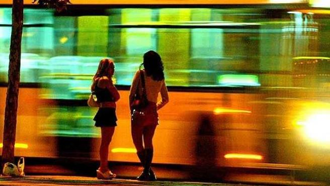 Imagen de archivo de dos mujeres ejerciendo la prostitución.