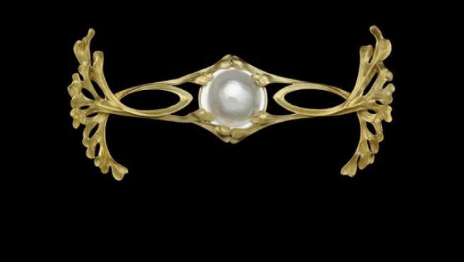 Broche francés de estilo Art Nouveau elaborado en 1908, de oro y con una perla mabe