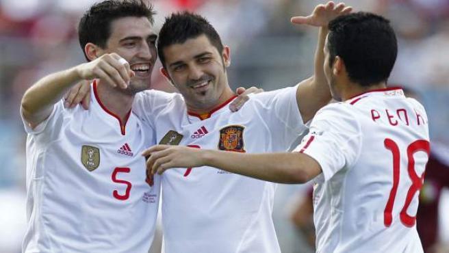 Iraola, Villa y Pedro celebran un tanto ante Venezuela.