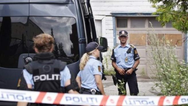 Miembros de la Policía noruega, en los alrededores del operativo que se ha realizado este domingo posiblemente relacionado con el doble atentado del pasado viernes.