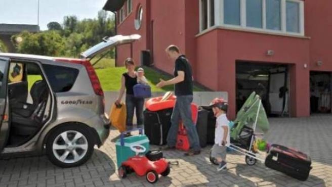 Una familia a punto de salir de vacaciones en su coche.