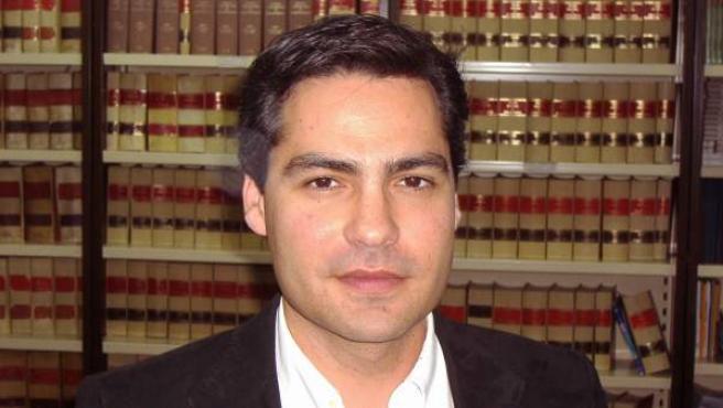 Imparte clase de Derecho Administrativo en la Universidad de Sevilla. Habla inglés, francés, alemán e italiano.