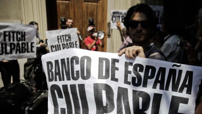 Un grupo de manifestantes frente al Banco de España.