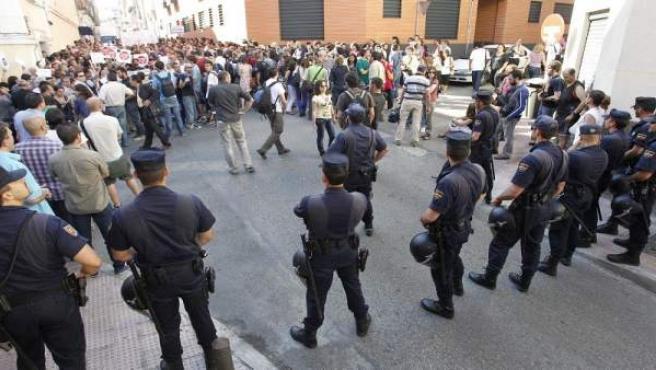 Presencia policial en el desahucio de Tetuán, que finalmente se logró evitar.