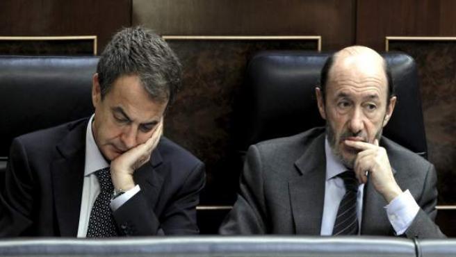 El presidente del Gobierno, José Luis Rodríguez Zapatero, junto al candidato socialista a las elecciones, Alfredo Pérez Rubalcaba, en el Congreso.