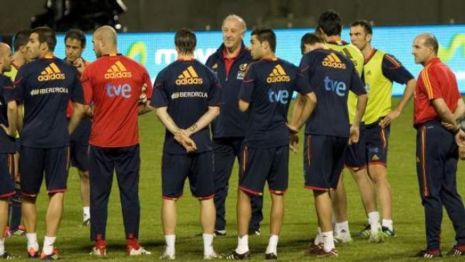 El seleccionador español, Vicente del Bosque (C), da instrucciones a sus jugadores en un entrenamiento en el estadio José Antonio Anzoátegui (Venezuela).