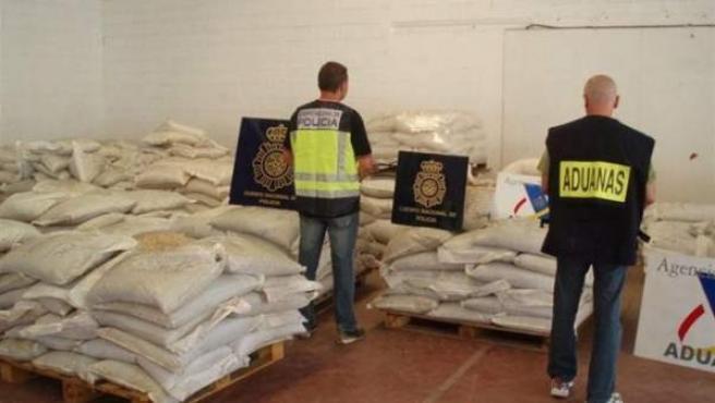 Dos agentes de la Policía, en la nave de Elche donde se escondían los tres narcotraficantes detenidos por haber introducido 30 kilos de cocaína en España.