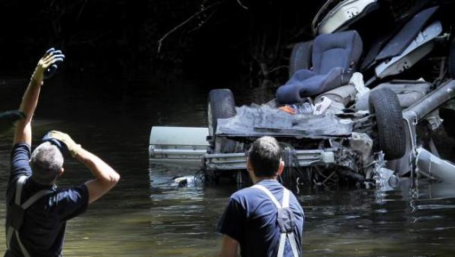 El vehículo, volcado en el río Ultzama.