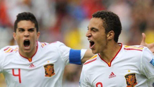 Los jugadores Rodrigo (d) y Marc Bartra (i) de España celebran un gol contra Costa Rica.