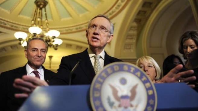Harry Reid, líder de la mayoría demócrata en el Senado, comparece ante los medios en el Capitolio, Washington, (Estados Unidos).