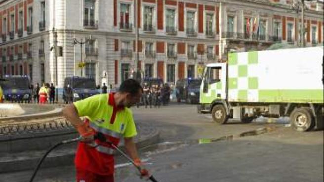 Unos veinte furgones de la Policía han cortado los accesos a la Puerta del Sol mientras se llevaba a cabo el desalojo y las labores de limpieza en la plaza.