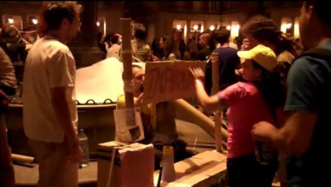 El punto de información que habían instalado los 'indignados' en la Plaza Mayor de Madrid.