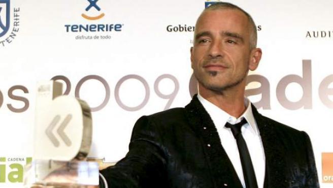 Eros Ramazzotti posa con su premio durante una gala de la Cadena Dial en 2009.