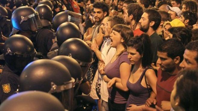 Policías y manifestantes, frente a frente este miércoles en la calle Preciados, en los aledaños de Sol.
