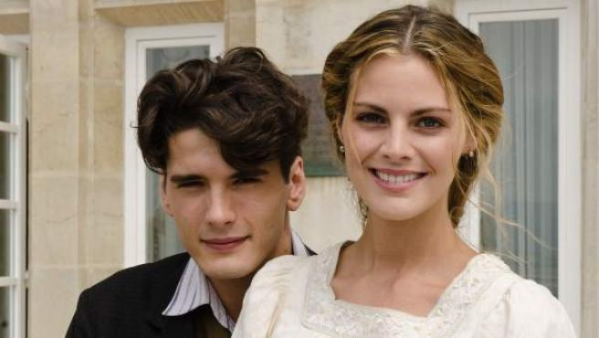Amaia Salamanca y Yon González, caracterizados como sus personajes en la serie 'Gran Hotel'.